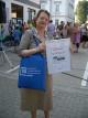 Helga Korsinek, pädagogische Leiterin mit der Urkunde